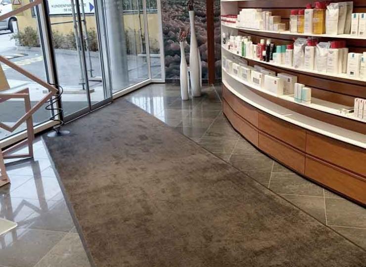 Unicolor Matten im Eingangsbereich einer Apotheke