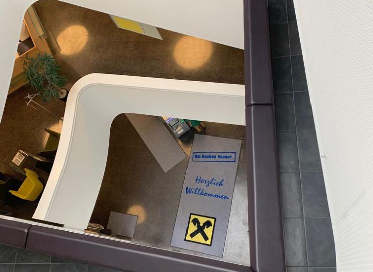 Matte von Eder in Bankgebäude in grau, blau und gelb