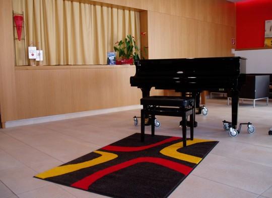 Stickmatte vor einem Klavier