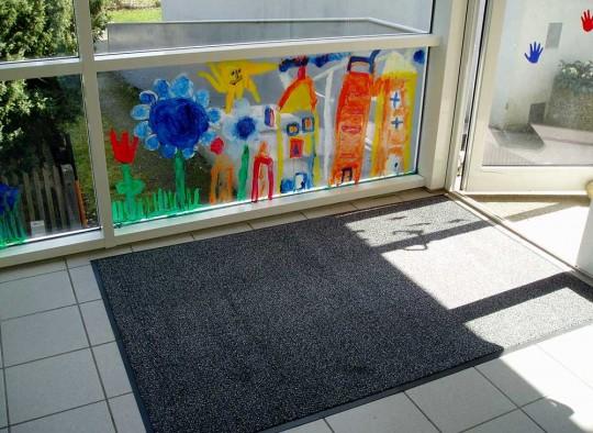 Vinylmatte im Eingangsbereich eines Kindergarten